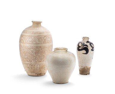 View 1. Thumbnail of Lot 3. Deux vases 'Cizhou' et un vase en grès émaillé blanc Epoque des cinq dynasties-dynastie Song | 五代至宋 陶瓷一組三件 | Two Cizhou and a white-glazed vase, Five Dynasties-Song Dynasty.