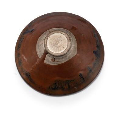 View 4. Thumbnail of Lot 15. Deux bols Cizhou en grès émaillé noir et brun à motif 'plumes de perdrix' Dynastie des Song du Nord - Dynastie Jin | 北宋至金 磁州窰鷓鴣斑笠式盌一組兩件 | Two Cizhou 'partridge feather' russet-splashed black glazed bowls, Northern Song-Jin Dynasty.