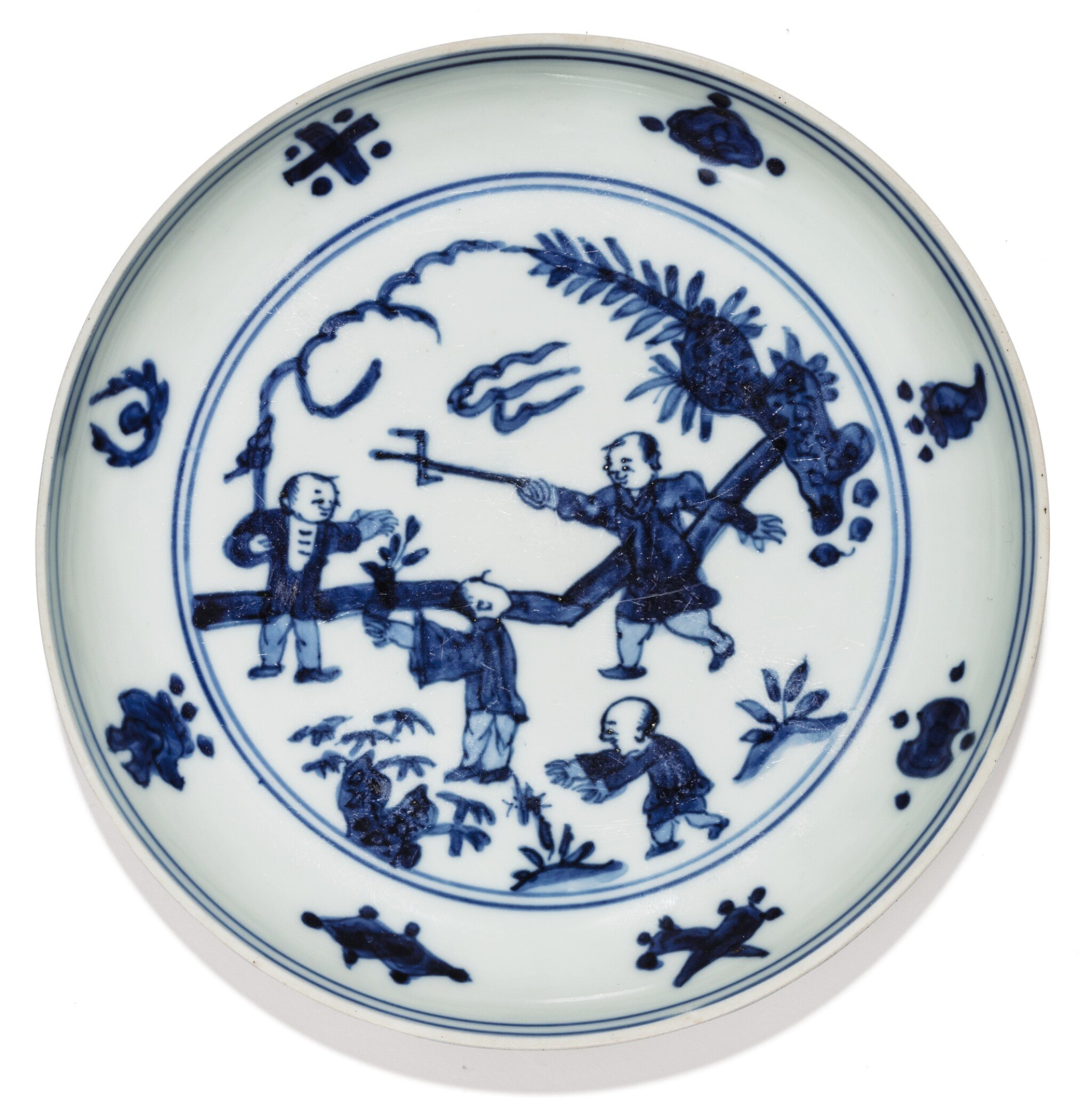 View 1 of Lot 3. COUPELLE EN PORCELAINE BLEU BLANC MARQUE ET ÉPOQUE JIAJING | 明嘉靖 青花嬰戲圖小盤  《大明嘉靖年製》款 | A blue and white 'boys' saucer-dish, Jiajing mark and period.