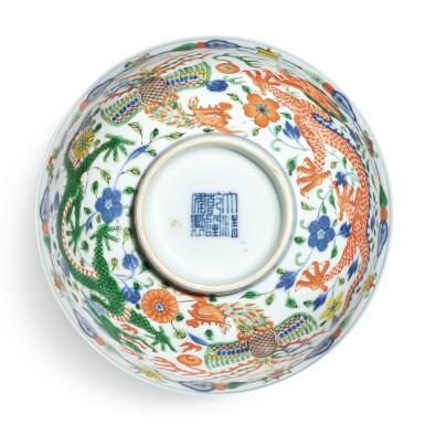 View 6. Thumbnail of Lot 174. A wucai 'dragon and phoenix' bowl, Qianlong seal mark and period | 清乾隆 五彩龍鳳呈祥紋盌  《大清乾隆年製》款.