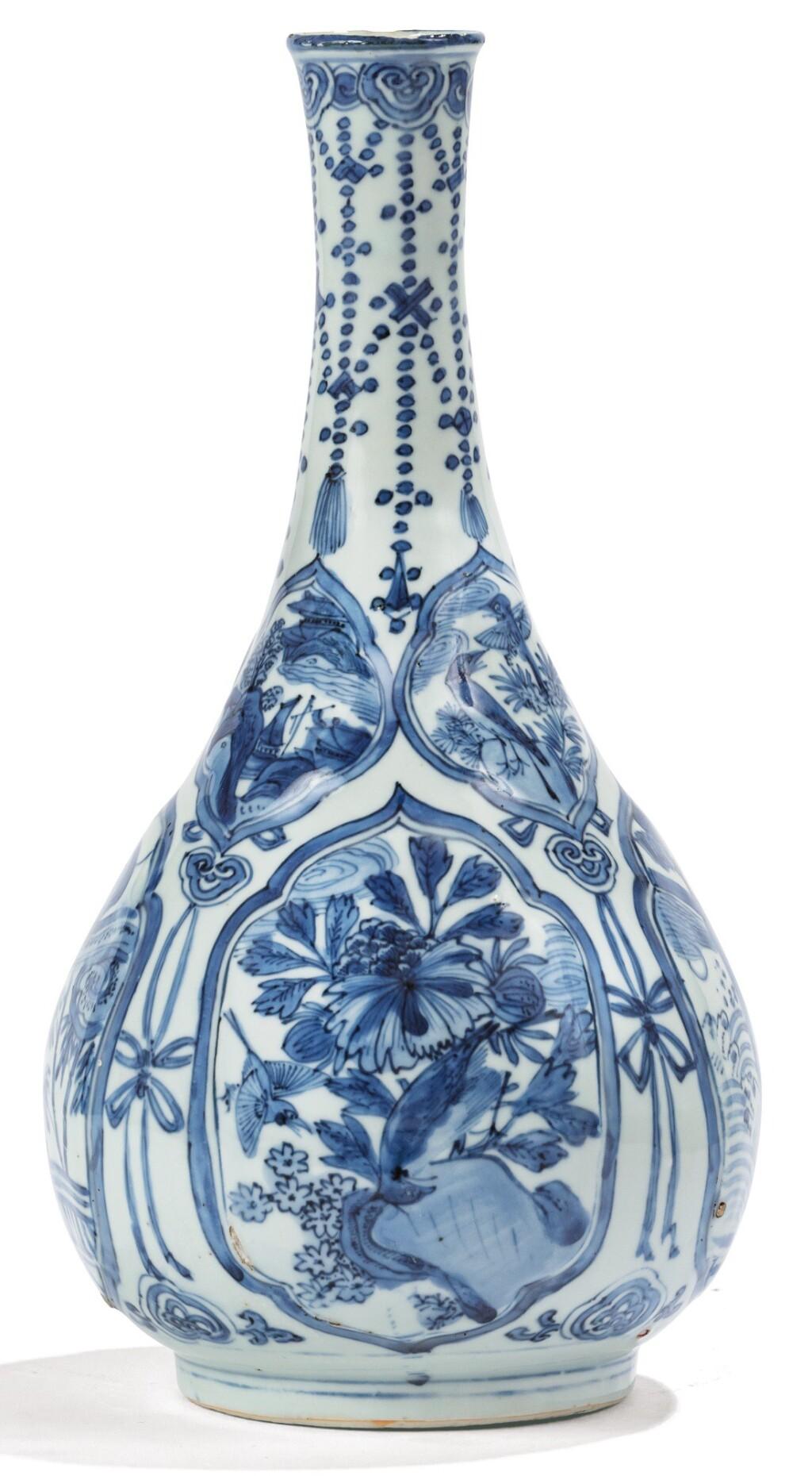 VASE BOUTEILLE EN PORCELAINE BLEU BLANC XVIIE SIÈCLE | 十七世紀 青花開光四季花卉圖長頸瓶 | A blue and white bottle vase, 17th century