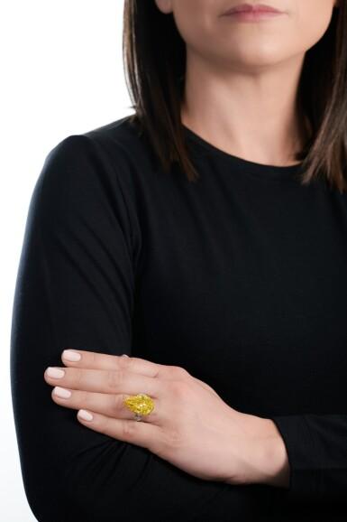 View 5. Thumbnail of Lot 158. Exceptional fancy vivid yellow diamond ring   艷彩黃色鑽石戒指.