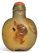 A SUZHOU-STYLE AGATE SNUFF BOTTLE QING DYNASTY, 18TH/19TH CENTURY | 清十八/十九世紀 巧雕瑪瑙鼻煙壺
