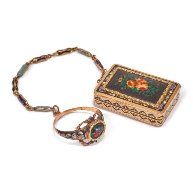 AN ENAMELED GOLD VINAIGRETTE WITH CHAIN AND LOCKET FINGER RING, PROBABLY SWISS, CIRCA 1820-40
