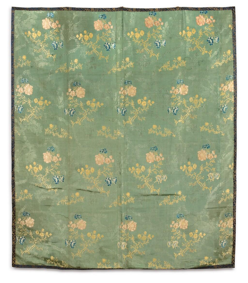 PANNEAU EN SOIE DYNASTIE QING, XVIIIE -XIXE SIÈCLE | 清十八至十九世紀 緞繡花卉紋掛幅 | A floral silk panel, Qing Dynasty, 18th/19th century