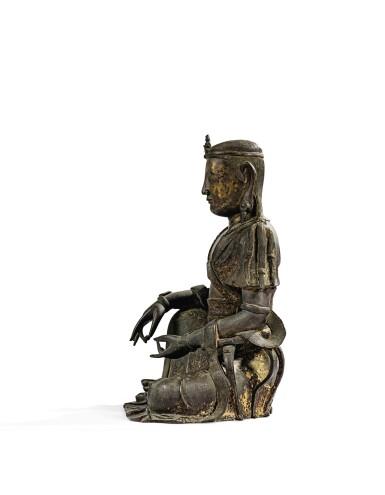 View 9. Thumbnail of Lot 14. IMPORTANTE ET TRÈS RARE PAIRE DE STATUETTES DE BODHISATTVA EN BRONZE PARTIELLEMENT DORÉ XIVE SIÈCLE | 十四世紀 鎏金銅菩蕯坐像一對 連   清十八世紀 漆金木雕須彌座一對| An important and very rare pair of parcel-gilt bronze figures of Bodhisattva, 14th century; together with a pair of lacquer-gilt thrones, Qing Dynasty, 18th century.