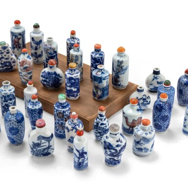 View 4. Thumbnail of Lot 233. Ensemble de 62 tabatières en porcelaine bleu blanc Dynastie Qing, XVIIIE-XXE siècle | 清十八至二十世紀 青花鼻煙壺一組六十二件 | A group of sixty-two blue and white snuff bottles, Qing Dynasty, 18th-20th century.