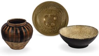 View 1. Thumbnail of Lot 3. BOL MOULÉ À GLAÇURE CÉLADON, JARRE À GLAÇURE NOIRE ET ROUILLE HENAN ET BOL À GLAÇURE NOIRE ET CRAQUELÉE DYNASTIE SONG  | 宋 陶器一組三件  | A moulded celadon-glazed bowl, a small henan russet-splashed jar and a black and crackled glazed bowl, Song Dynasty.