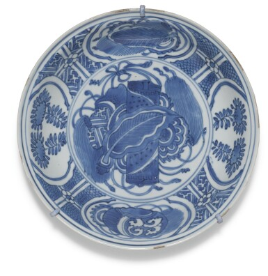 View 6. Thumbnail of Lot 7. A SET OF FIVE BLUE AND WHITE DISHES MING DYNASTY, WANLI PERIOD.