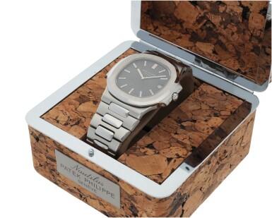 View 6. Thumbnail of Lot 68. 'Jumbo' Nautilus, Ref. 3700/1 Stainless steel wristwatch with date, bracelet and cork presentation case Made in 1976 | 百達翡麗 3700/1型號「'Jumbo' Nautilus」精鋼鍊帶腕錶備日期顯示,附軟木錶盒,1976年製.