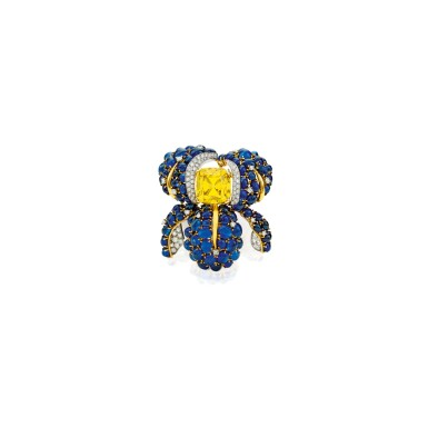 AN EXCEPTIONAL FANCY VIVID YELLOW DIAMOND, DIAMOND AND SAPPHIRE CLIP-BROOCH, VERDURA | 艷彩黃色鑽石配鑽石及藍寶石別針一枚,Verdura