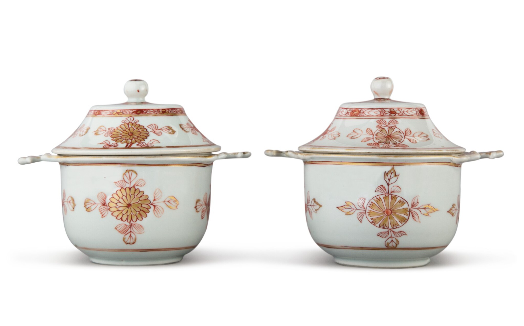 View full screen - View 1 of Lot 236. A PAIR OF CHINESE EXPORT IRON-RED AND GILT TWO-HANDLED ECUELLES AND COVERS, QING DYNASTY, KANGXI PERIOD.