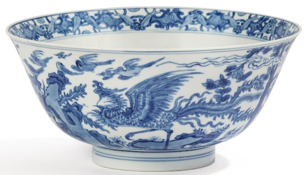 BOL EN PORCELAINE BLEU BLANC DYNASTIE QING, ÉPOQUE KANGXI | 清康熙 青花百鳥朝鳳紋盌 《大明成化年製》仿款 | A blue and white 'dragon and phoenix' bowl, Qing Dynasty, Kangxi period