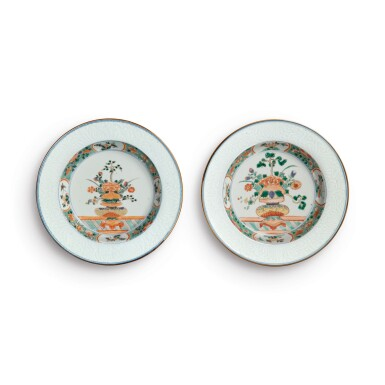 A PAIR OF CHINESE FAMILLE-VERTE 'FLOWER BASKET' DISHES QING DYNASTY, KANGXI PERIOD   清康熙 五彩暗花盆花圖盤一對