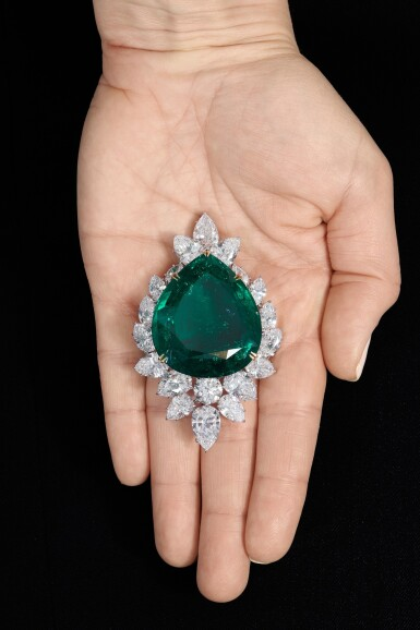 View 7. Thumbnail of Lot 177.  Harry Winston | Very Important Emerald and diamond brooch/pendant combination, circa 1970 | 海瑞溫斯頓 | 祖母綠配鑽石別針/吊墜組合,約1970年.
