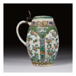 A RARE CHINESE FAMILLE-VERTE TANKARD AND COVER QING DYNASTY, KANGXI PERIOD | 清康熙 五彩花鳥紋啤酒杯連蓋