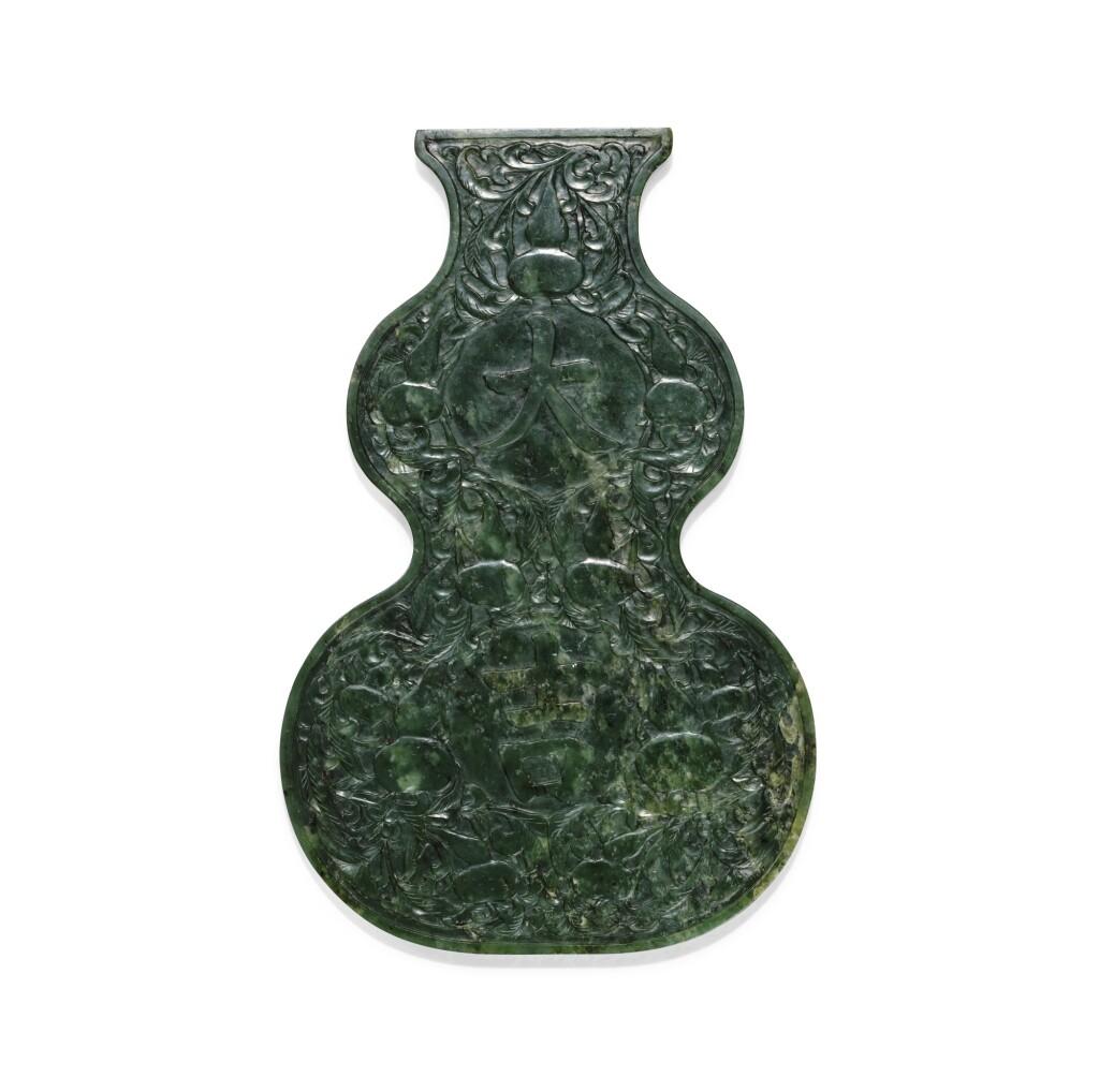 PLAQUE EN JADE VERT ÉPINARD DYNASTIE QING, XIXE SIÈCLE | 清十九世紀 碧玉天喜大吉葫蘆牌 | A spinach jade double-gourd shaped plaque, Qing Dynasty, 19th century