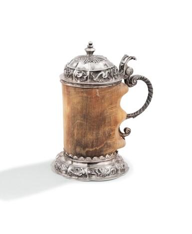 A GERMAN IBEX HORN SILVER MOUNTED TANKARD, TITTMONING, 18TH CENTURY |  TANKARD EN CORNE DE BOUQUETIN, MONTURE EN ARGENT, TITTMONING, XVIIIE SIÈCLE