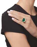 GOLD, EMERALD AND DIAMOND RING, MOUNTED BY VAN CLEEF & ARPELS | 黃金鑲祖母綠配鑽石戒指,梵克雅寶