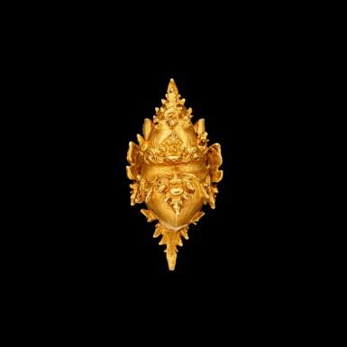 View 3. Thumbnail of Lot 1036. A gold 'Makara' ear clip East Java, Indonesia, 13th - 15th century | 十三至十五世紀 印尼東爪哇 摩羯形金耳夾.