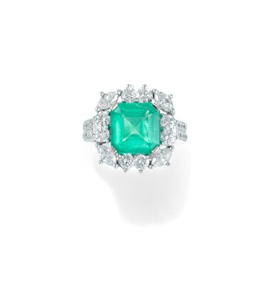 View 1 of Lot 55. BAGUE ÉMERAUDE ET DIAMANTS | EMERALD AND DIAMOND RING.