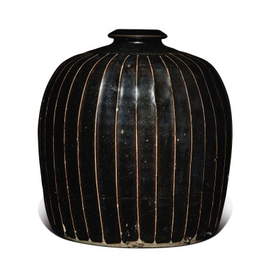 View 4. Thumbnail of Lot 128. A black-glazed 'ribbed' 'tulu' vase, Northern Song / Jin dynasty | 北宋 / 金 黑釉棱線紋小口瓶.