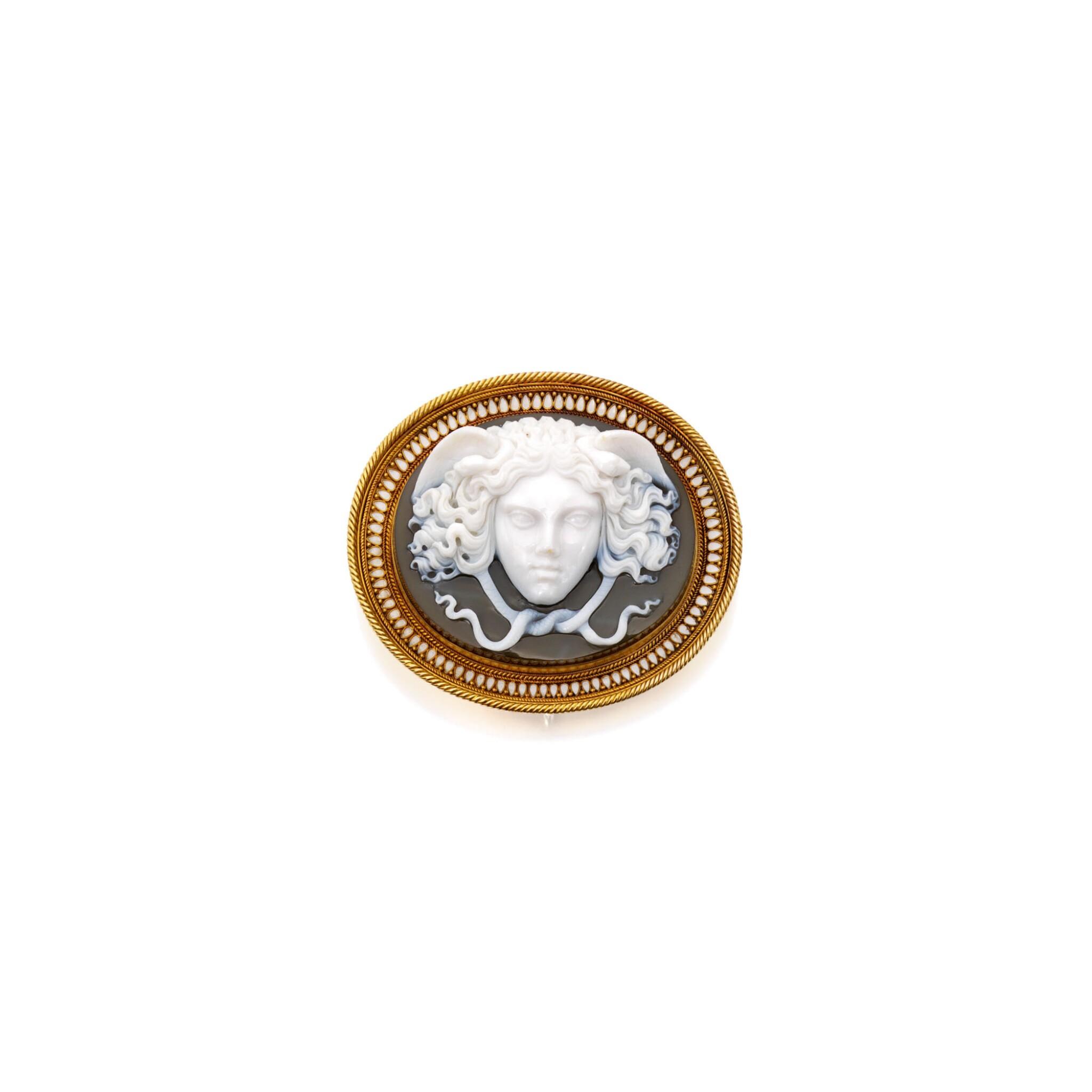View full screen - View 1 of Lot 493. GOLD, CHALCEDONY AND ENAMEL BROOCH | 黃金鑲玉髓配琺瑯彩別針.