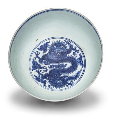 View 2. Thumbnail of Lot 18. Bol en porcelaine bleu blanc Dynastie Ming, époque Jiajing-Wanli | 明嘉靖至萬曆 青花雲龍趕珠盌 | A blue and white 'dragon' bowl, Ming Dynasty, Jiajing-Wanli period.