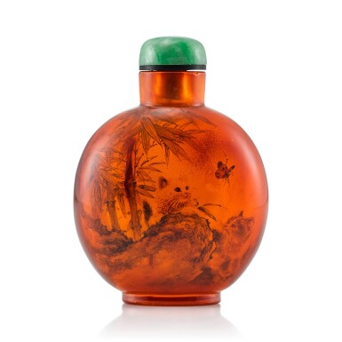 View 2. Thumbnail of Lot 3029. An Inside-Painted Amber 'Cats' Snuff Bottle By Wang Xisan, Dated Dingsi Year, Corresponding to 1977 | 丁巳(1977年) 王習三作琥珀內畫耄耋圖鼻煙壺 《丁巳仲夏作於一壺齋王習三》款.