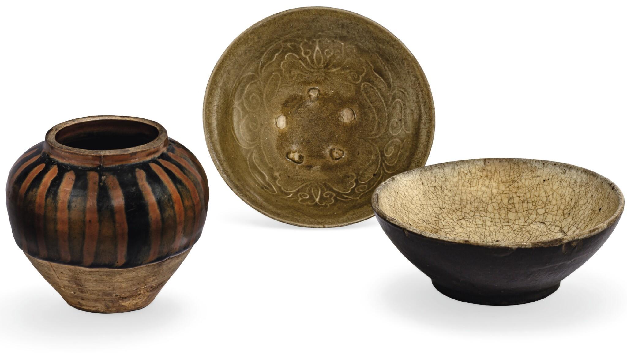 View full screen - View 1 of Lot 3. BOL MOULÉ À GLAÇURE CÉLADON, JARRE À GLAÇURE NOIRE ET ROUILLE HENAN ET BOL À GLAÇURE NOIRE ET CRAQUELÉE DYNASTIE SONG  | 宋 陶器一組三件  | A moulded celadon-glazed bowl, a small henan russet-splashed jar and a black and crackled glazed bowl, Song Dynasty.
