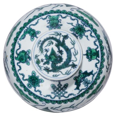 View 4. Thumbnail of Lot 13. DEUX JARRES COUVERTES EN PORCELAINE BLEU BLANC ÉMAILLÉE VERT MARQUES ET ÉPOQUE QIANLONG   清乾隆 青花綠釉龍紋蓋罐兩件 《大清乾隆年製》款   Two green-enamelled 'dragon' jars and covers, Qianlong seal marks and period .