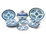 AN ASSEMBLED GROUP OF CHINESE EXPORT BLUE 'FITZHUGH' DINNER WARES, EARLY 19TH CENTURY