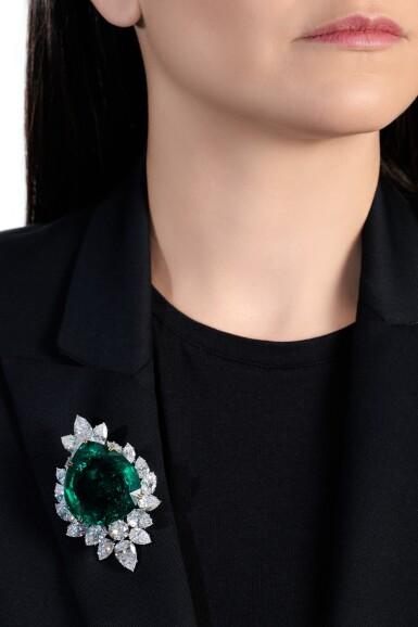 View 6. Thumbnail of Lot 177.  Harry Winston   Very Important Emerald and diamond brooch/pendant combination, circa 1970   海瑞溫斯頓   祖母綠配鑽石別針/吊墜組合,約1970年.