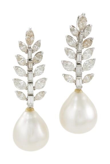 PAIR OF CULTURED PEARL AND DIAMOND PENDANT EARRINGS (PAIO DI ORECCHINI PENDENTI IN PERLE E DIAMANTI)