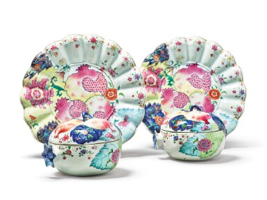 View 3. Thumbnail of Lot 451. A Rare Pair of Chinese Export 'Tobacco Leaf' Pattern Pomegranate-form Tureens, Covers and Stands, Qing Dynasty, Qianlong Period, circa 1785   清乾隆  約1785年  粉彩花卉紋石榴形湯盆及托盤一對.