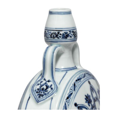 View 3. Thumbnail of Lot 3608. AN OUTSTANDING BLUE AND WHITE MOONFLASK MING DYNASTY, YONGLE PERIOD | 明永樂 青花輪花綬帶葫蘆扁瓶.