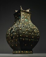 AN EXCEPTIONALLY RARE AND IMPORTANT GOLD, SILVER AND GLASS-EMBELLISHED BRONZE VESSEL (FANG HU),  WARRING STATES PERIOD, 4TH / 3RD CENTURY BC