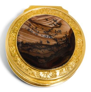 A SMALL GOLD AND HARDSTONE BOX, LONDON, CIRCA 1750