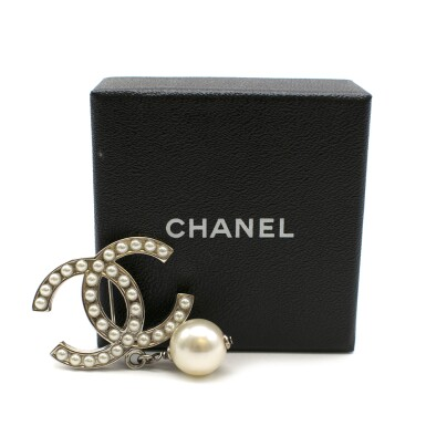 View 4. Thumbnail of Lot 167. CHANEL | SILVER TONE METAL CC PIN BROOCH ENCRUSTED WITH FAUX PEARLS WITH A SMALL FAUX PEARL DROPLET, 2012.