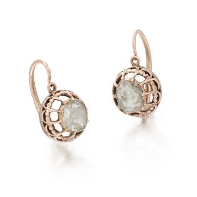 PAIR OF DIAMOND EARRINGS   (PAIO DI ORECCHINI CON DIAMANTI)