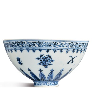 View 10. Thumbnail of Lot 130. An exceptional and rare blue and white 'floral' bowl, Ming dynasty, Yongle period | 明永樂 青花花卉紋蓮子盌.