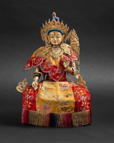 View 6. Thumbnail of Lot 55. Grande statue en cuivre doré repoussé de Tara Blanche Tibet, XIXE siècle   西藏 十九世紀 鎏金銅白度母坐像連袍   A large gilt copper repoussé statue of White Tara, Tibet, 19th century.