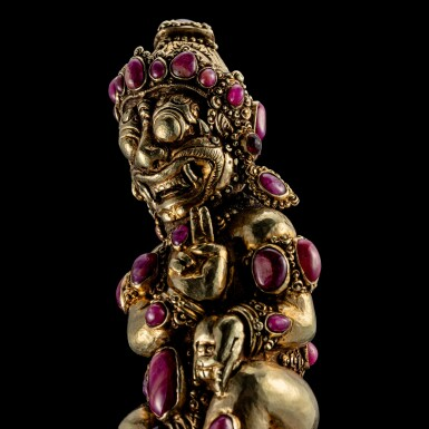 View 2. Thumbnail of Lot 1032. An embellished gilt-silver Kris hilt Bali, Indonesia, late 19th - early 20th century   十九世紀末至二十世紀初 印尼峇里 鎏金銀嵌寶格里斯劍柄.