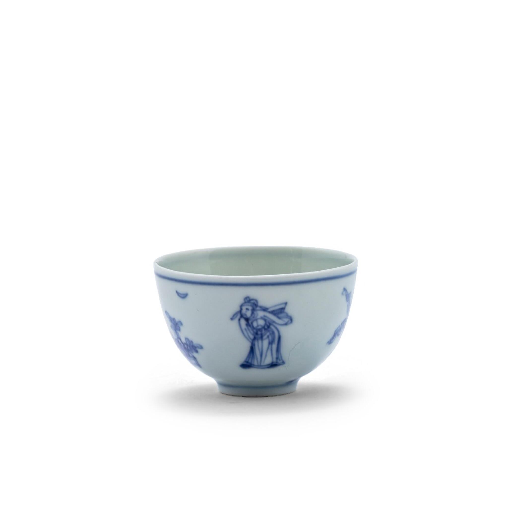 View 1 of Lot 20. Petite coupe en porcelaine bleu blanc Dynastie Qing, époque Kangxi | 清康熙 青花人物故事紋小盃  《大明成化年製》仿款 | A blue and white 'scholar' cup, Qing Dynasty, Kangxi period.