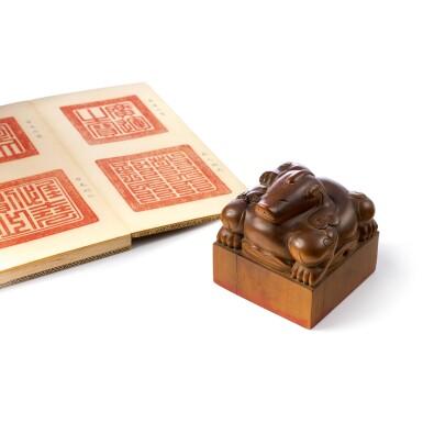 View 8. Thumbnail of Lot 3602. An exceptional imperial tanxiangmu 'Jingtian Qinmin' seal Qing dynasty, Kangxi period | 清康熙 康熙帝御寶檀香木異獸鈕方璽 印文:敬天勤民.