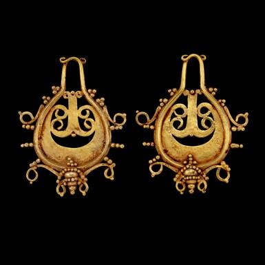 View 2. Thumbnail of Lot 1066. A pair of Lio gold teardrop-shaped ear pendants Central Flores, Indonesian archipelago, 19th century or earlier   十九世紀或更早 印尼群島弗洛勒斯中部 Lio族金耳飾一對.