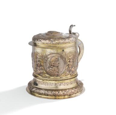 A GERMAN PARCEL-GILT SILVER TANKARD, BY JOHANN PAUL SCHMIDT, LEIPZIG, CIRCA 1690 |  CHOPE EN ARGENT ET VERMEIL, PAR JOHANN PAUL SCHMIDT, LEIPZIG, VERS 1690
