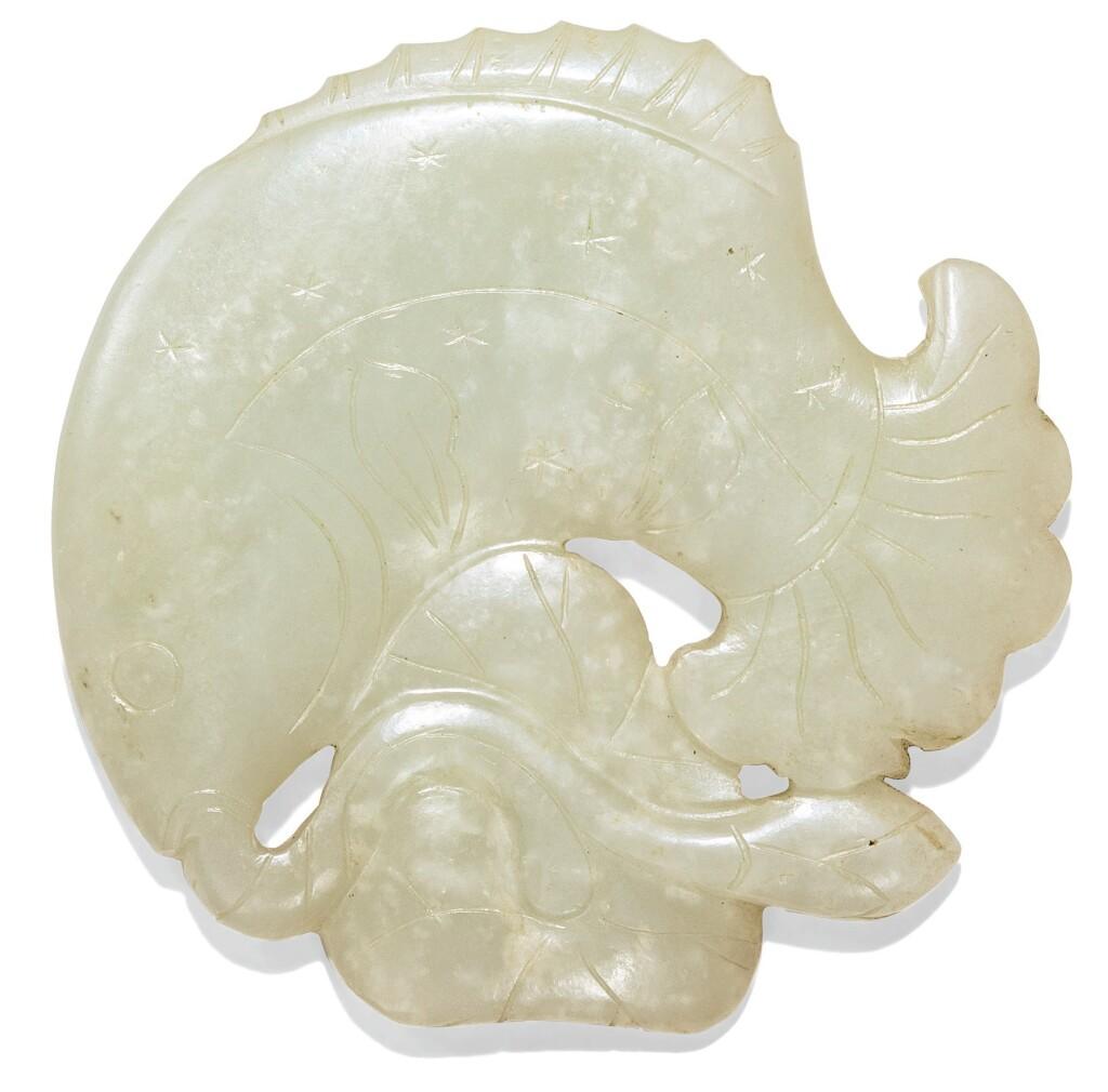 PLAQUE EN JADE CÉLADON PÂLE DYNASTIE QING, XIXE SIÈCLE | 清十九世紀 青白玉魚紋珮飾 | A pale celadon jade 'fish' carving, Qing Dynasty, 19th century
