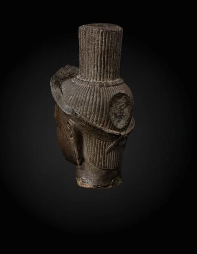 View 4. Thumbnail of Lot 235. A sandstone head of a deity, probably Shiva Khmer, Banteay Srei style, late 10th century   高棉 十世紀晚期 班迭斯雷式砂岩雕或為濕婆首像.