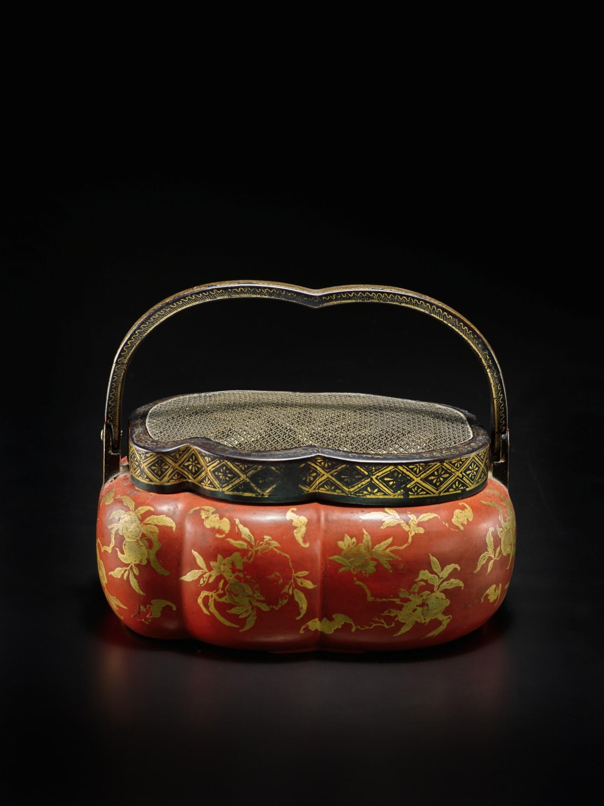 View full screen - View 1 of Lot 220. A rare red and gilt-lacquer handwarmer, Qing dynasty, 18th / 19th century | 清十八 / 十九世紀 朱漆描金福壽雙全紋手爐.